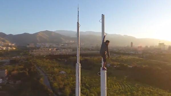Nebezpečné, ale efektní pohyby a skoky íránského adrenalinového sportovce mezi nejvyššími budovami (VIDEO) - Sputnik Česká republika