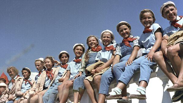 Školáci v průkopnickém táboře Artěk, 1963 - Sputnik Česká republika