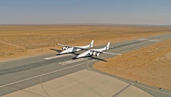 Největší nosný letoun na světě Stratolaunch  - Sputnik Česká republika