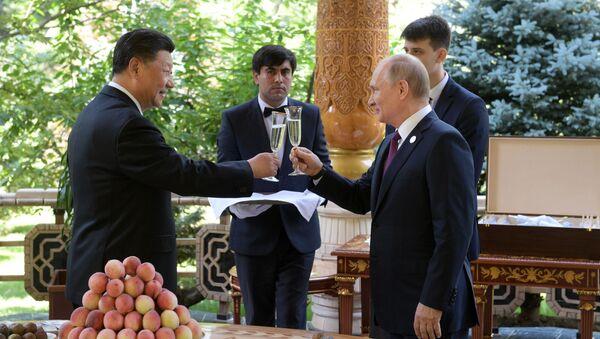 Vladimir Putin a Si Ťin-pching během schůzky v rezidenci čínského lídra v Dušanbe - Sputnik Česká republika