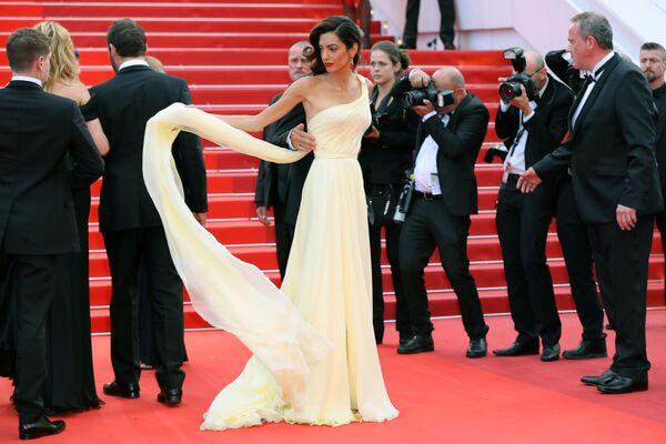 Britská právnička a manželka herce George Clooneyho Amal Alamuddinová na filmovém festivalu v Cannes, 2016. - Sputnik Česká republika