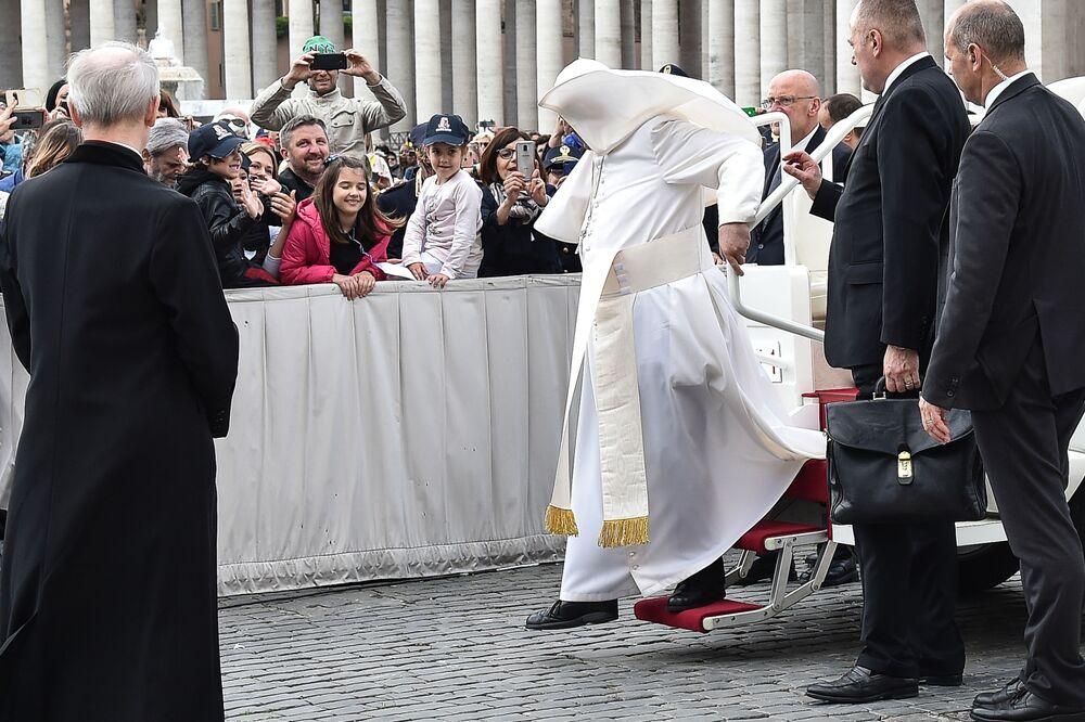 Papež František během silného větru ve Vatikánu.