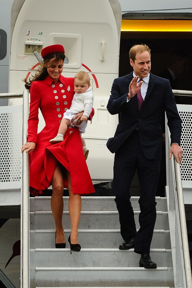 Prince William, Kate Middletonová a jejich dítě na letišti Wellington, Nový Zéland.