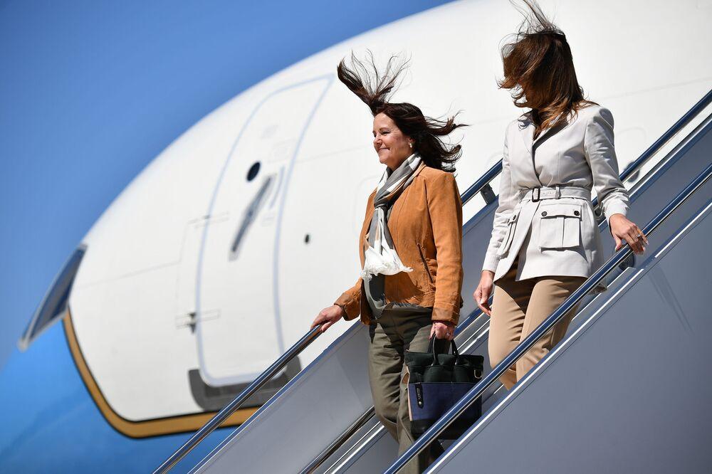 První dáma USA Melanie Trumpová a manželka amerického viceprezidenta Mike Pence Karen Pencová vystupují z letadla po příjezdu do Fort Bragg v Severní Karolíně.