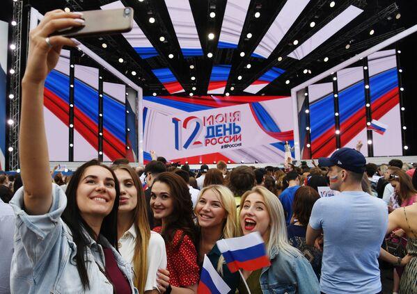 Dívky na slavnostním koncertu na Rudém náměstí během oslavy Dne Ruska, Moskva. - Sputnik Česká republika