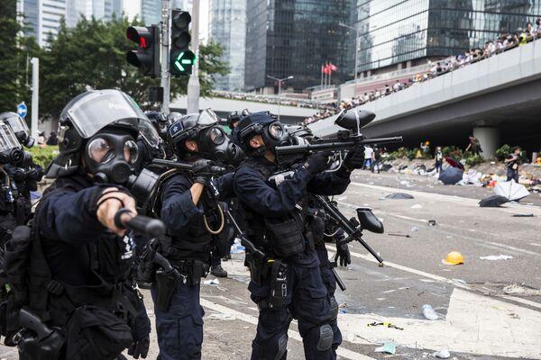 Policie během střetů s demonstranty v Hong Kongu. - Sputnik Česká republika