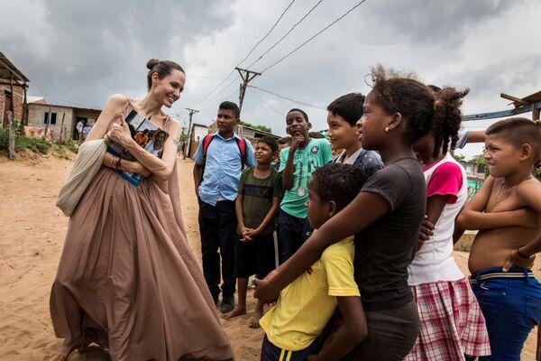 Herečka Angelina Jolie, speciální vyslankyně Úřadu OSN pro uprchlíky, mluví s dětmi v Riohacha, Kolumbie. - Sputnik Česká republika