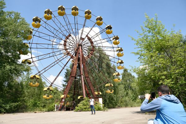 Turisté během exkurze do zóny jaderné elektrárny v Černobylu ve městě Pripjat, Ukrajina. - Sputnik Česká republika