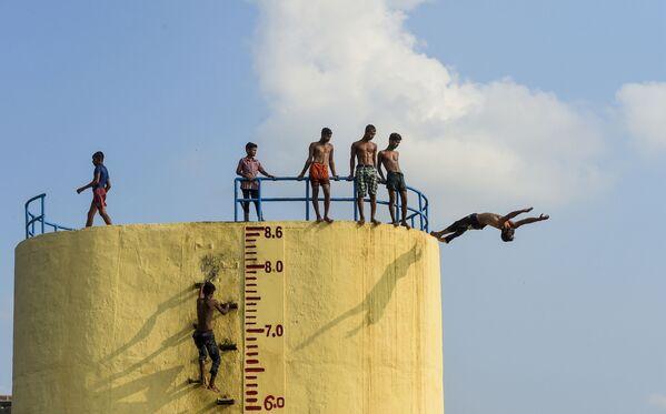Plavání v řece Buriganga během horkého letního dne v Dháce, Bangladéš. - Sputnik Česká republika