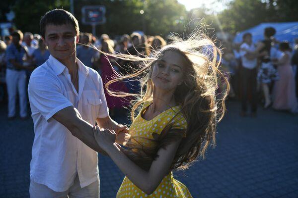 Mladí lidé tančí na městském plese v Sevastopolu. - Sputnik Česká republika
