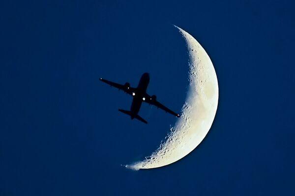 Letadlo Airbus A320 na pozadí rostoucího měsíce. - Sputnik Česká republika