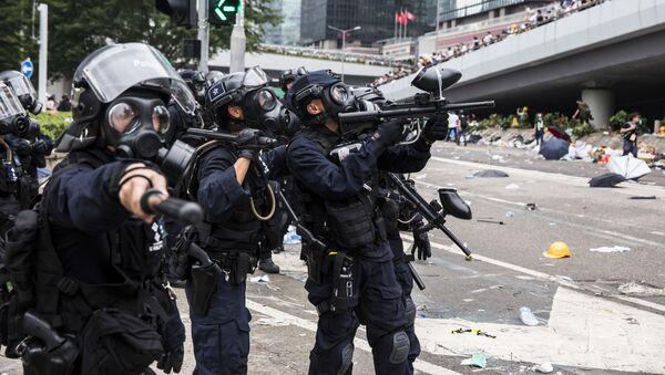 Policie během střetů s demonstranty v Hong Kongu - Sputnik Česká republika