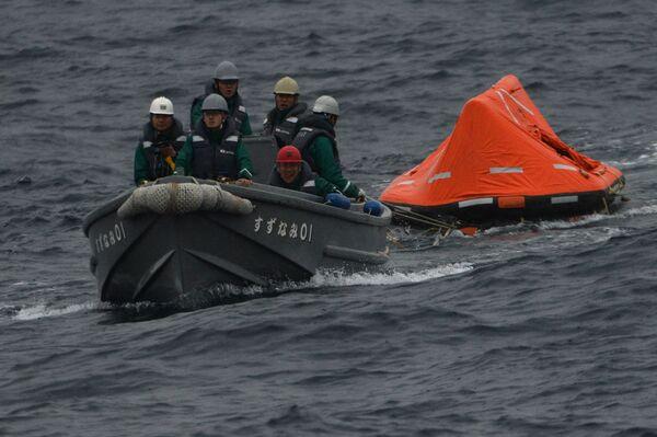 Japonští námořníci plují na člunu během společných pátracích a záchranných cvičení na moři. - Sputnik Česká republika
