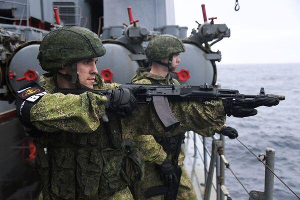 Ruští vojáci na lodi Admiral Pantělejev během společných rusko-japonských cvičení Sarex 2019. - Sputnik Česká republika