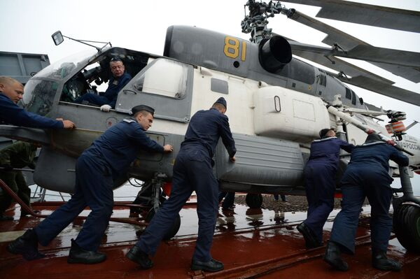 Námořníci připravují vrtulník Ka-27 před letem. - Sputnik Česká republika