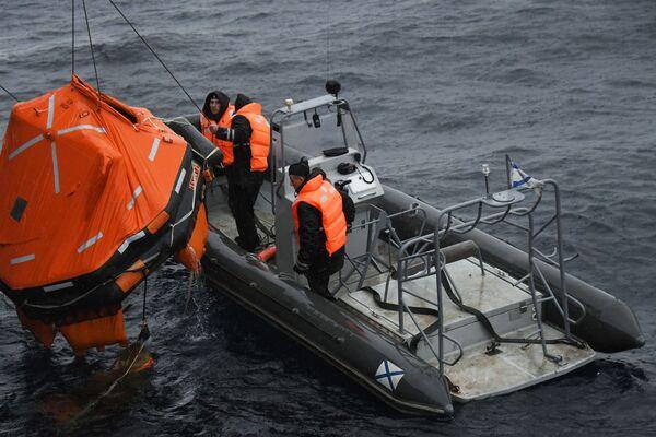 Ruští námořníci během společného pátracího a záchranného cvičení na moři Sarex 2019. - Sputnik Česká republika