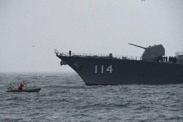 Japonský torpédoborec Suzunami během společného pátracího a záchranného cvičení na moři Sarex 2019. - Sputnik Česká republika