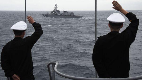 Námořníci velké protiponorkové lodi Admiral Pantělejev. Na pozadí japonský torpédoborec Suzunami. - Sputnik Česká republika
