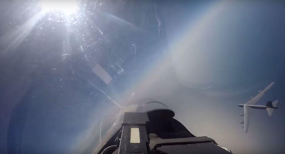 Americká letadla jsou častěji v ruském vzdušném prostoru. Zachycení amerického bombardéru ruskou stíhačkou Su-27