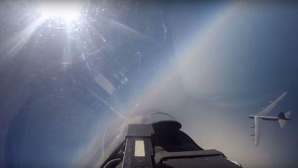 Americká letadla jsou častěji v ruském vzdušném prostoru. Zachycení amerického bombardéru ruskou stíhačkou Su-27 - Sputnik Česká republika