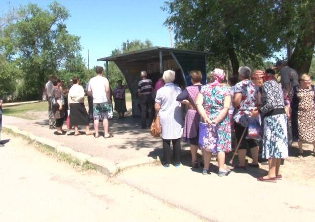 Pošta na koleni. V Rusku obyvatelé obce po požáru pošty dostávají korespondenci  na autobusové zastávce