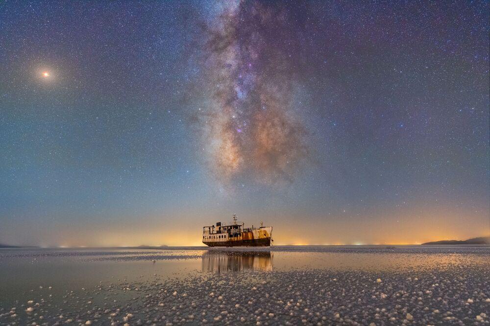 Snímek přístav Sharafkhaneh íránského fotografa Masúda Ghádirího.