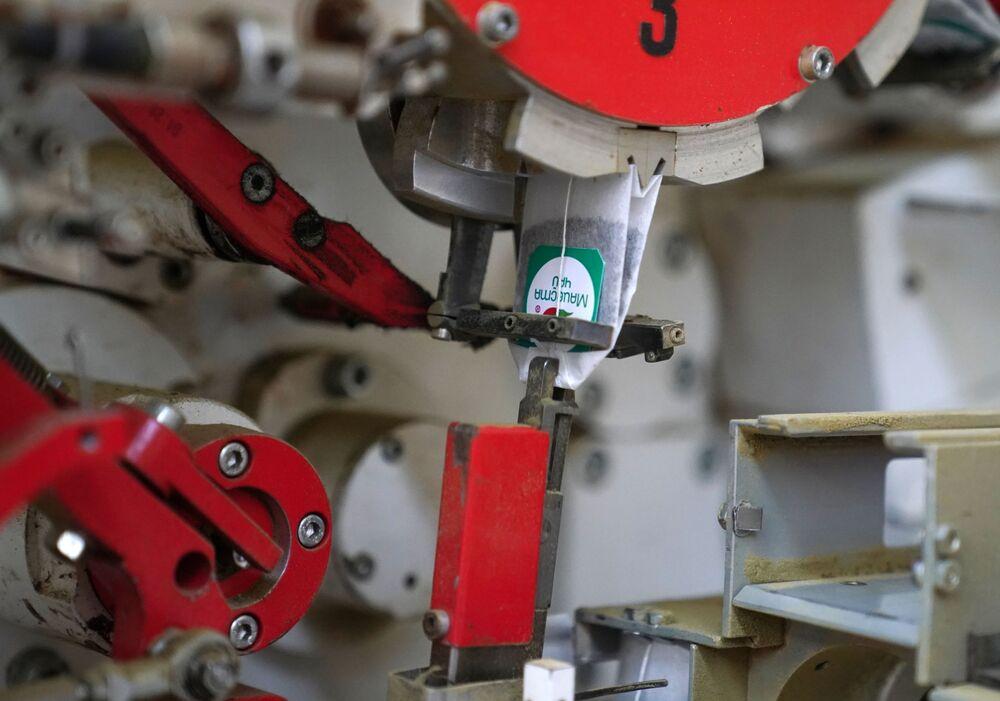 Zařízení, které balí čaj do sáčků.