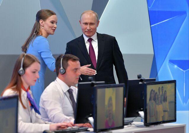 Ruský prezident Vladimir Putin před zahájením Přímé linky (dne 20. června 2019)