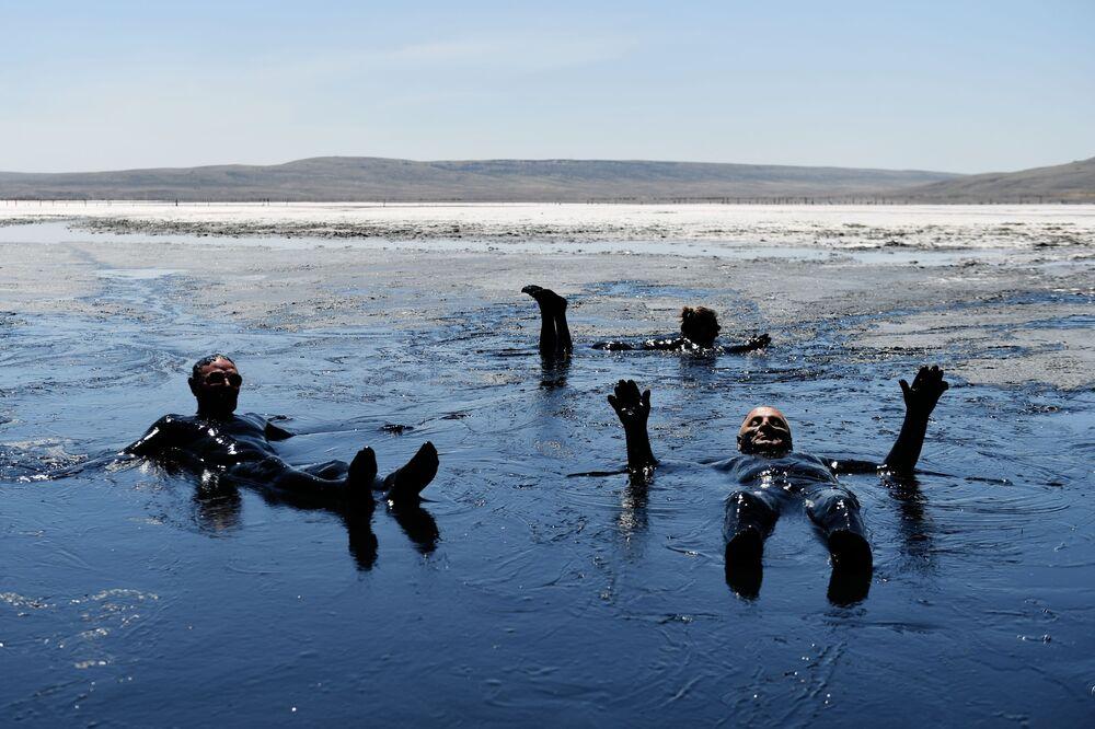 Turisté v Čokrackém jezeře.