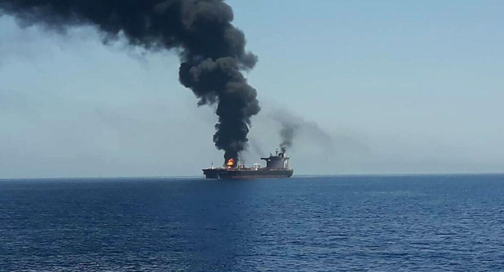 Hořící tanker v Ománském zálivu