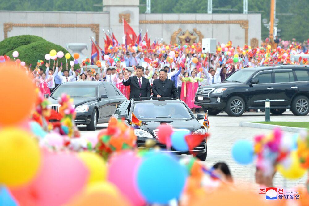 Vůdce KLDR Kim Čong-un a prezident Číny Si Ťin-pching jedou Pchjongjangem.