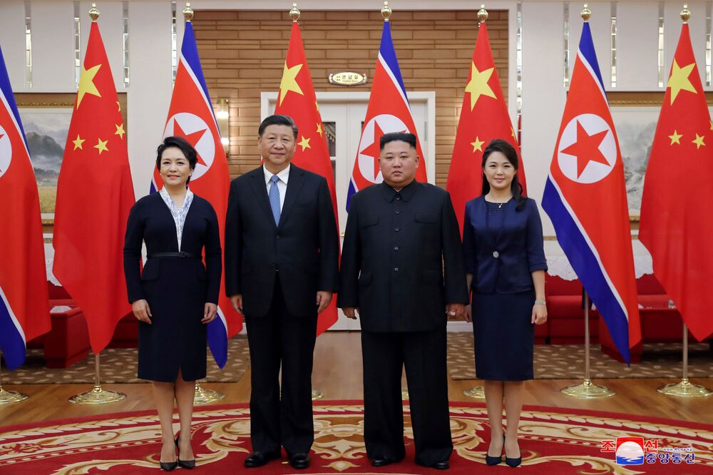 Vůdce KLDR Kim Čong-un a prezident Číny Si Ťin-pching spolu se svými manželkami Ri Sol-ču a Pcheng Li-jüan na schůzce v Pchjongjangu.