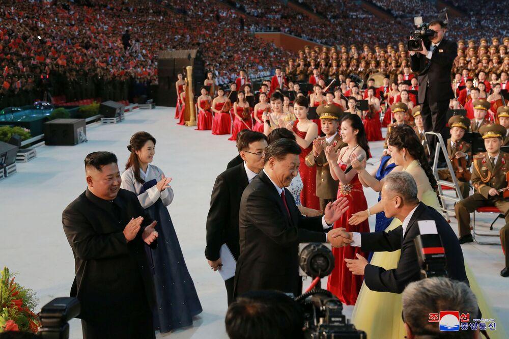 Vůdce KLDR Kim Čong-un a prezident Číny Si Ťin-pching na oslavách.