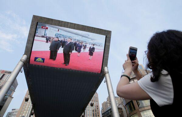 Přenos schůzky vůdce Kim Čong-una a prezidenta Číny Si Ťin-pchinga. - Sputnik Česká republika