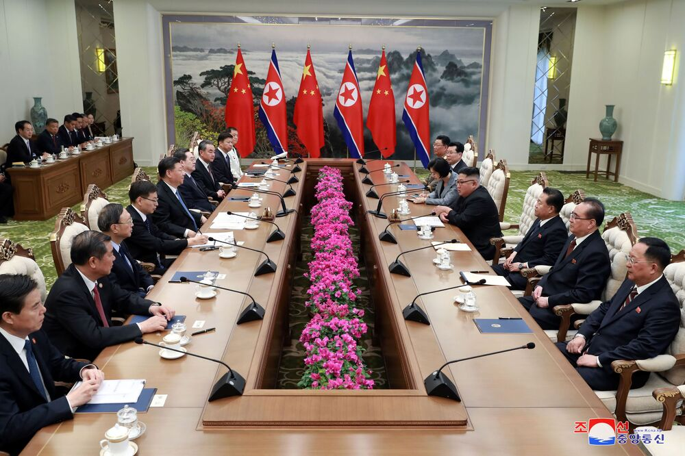 Jednání vůdce Kim Čong-una a prezidenta Číny Si Ťin-pchinga.