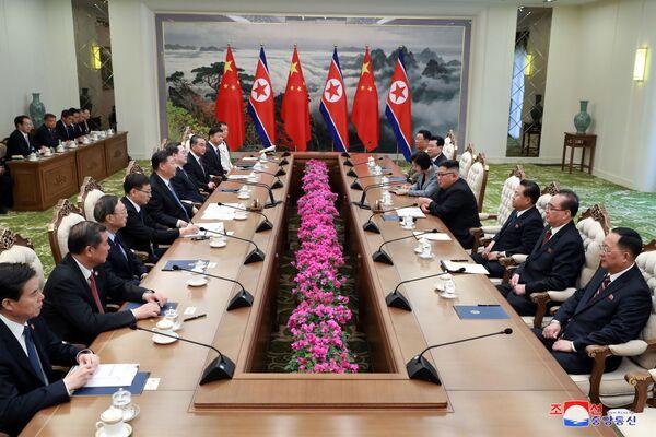 Jednání vůdce Kim Čong-una a prezidenta Číny Si Ťin-pchinga. - Sputnik Česká republika