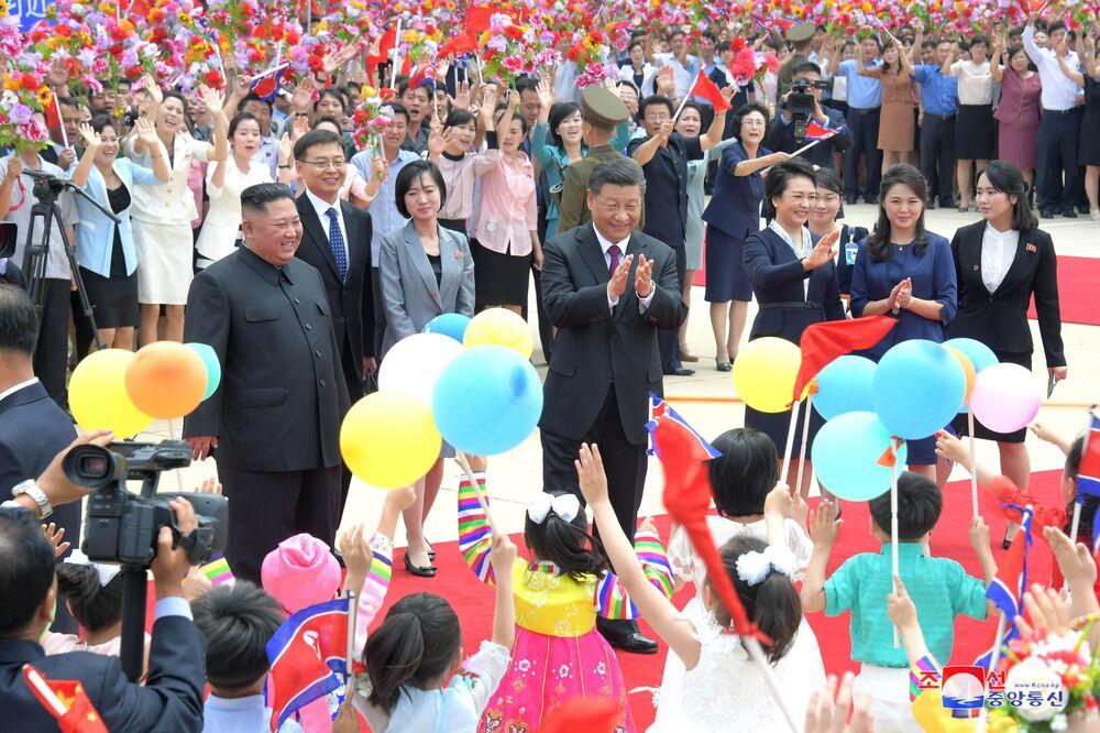 Vůdce KLDR Kim Čong-un a prezident Číny Si Ťin-pching na letišti v Pchjongjangu.