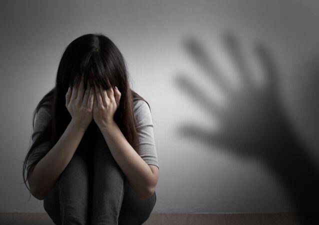 Dívka zakryla obličej rukama