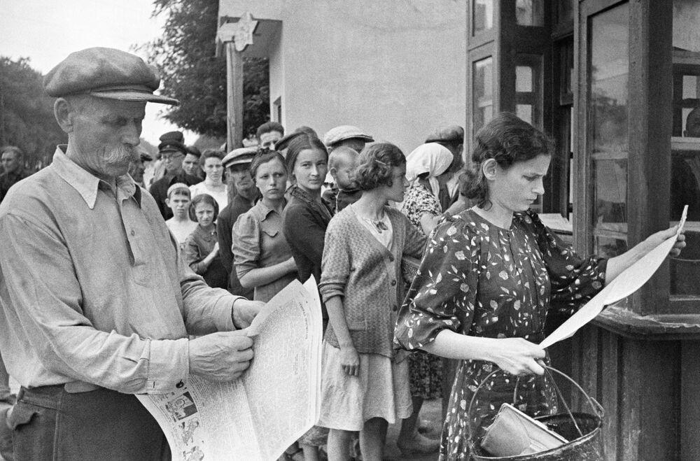 Obyvatelé Oděsy čtou nové noviny za doby války.