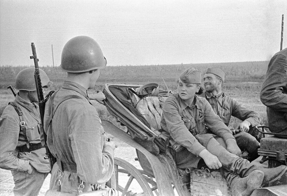 Průzkumnice Kaťa z Oděsy mluví s vojáky v oblasti Krasnyj Dalnik, červenec 1941.