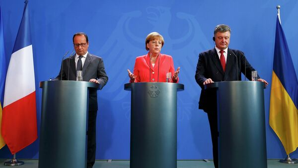 24. srpna se setkal prezident Ukrajiny Petro Porošenko v Berlíně s Angelou Merkelovou a Francoisem Hollandem - Sputnik Česká republika