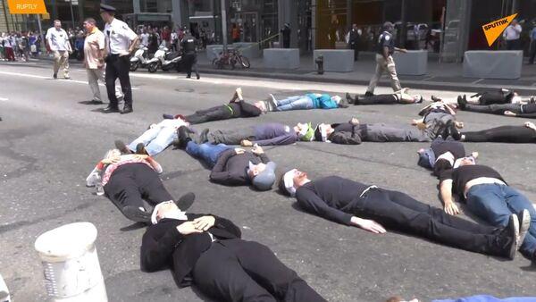 V USA 70 aktivistů za klima bylo zatčeno po jejich protestu u budovy New York Times - Sputnik Česká republika