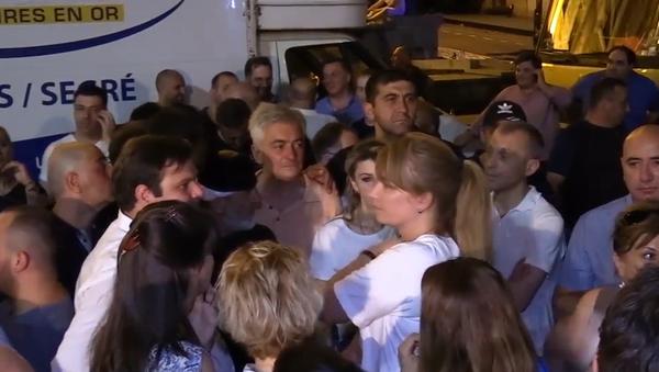 V davu na nedělních protivládních protestech v Gruzii byla spatřena bývalá gruzínská první dáma se synem (VIDEO)  - Sputnik Česká republika