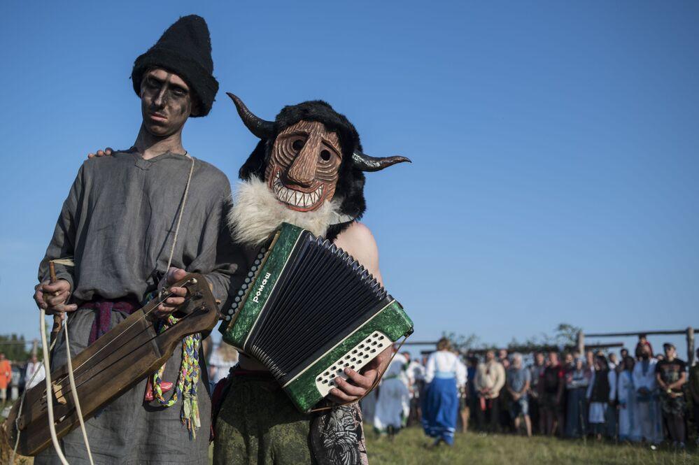 Účastníci oslav kupadelých svátků v komunitě rodnověrů Spolku slovanských komunit slovanské rodné víry v Kalužské oblasti.