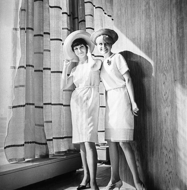 Reklama ženské kolekce jaro -léto 1966. Produkce rižské šicí fabriky Rigas Apgerbs. - Sputnik Česká republika