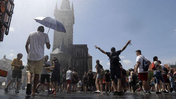 Lidé se na Staroměstském náměstí v Praze ochlazují - Sputnik Česká republika