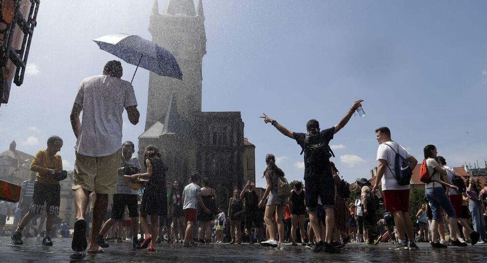 Lidé se na Staroměstském náměstí v Praze ochlazují
