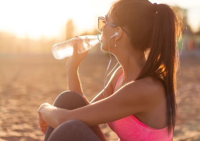 Žena pijící vodu. Ilustrační foto
