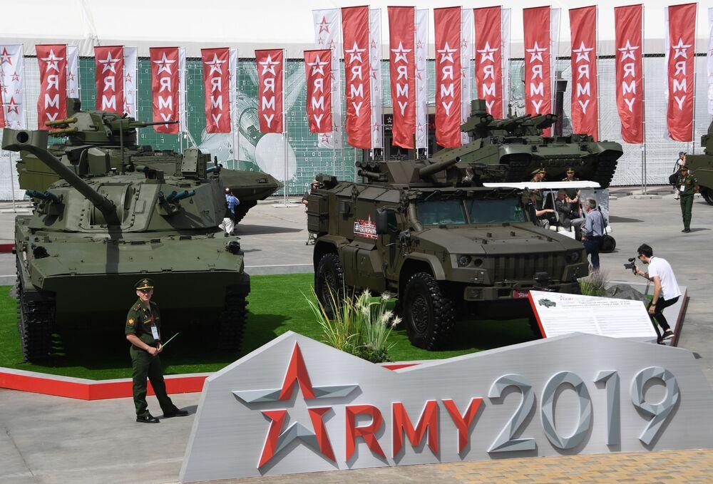 Samohybná děla ráže 120 mm 2S42 Lotos a samohybný minomet Drok na bázi obrněného vozidla Tigr-M na Mezinárodním vojensko-technickém fóru Army 2019.