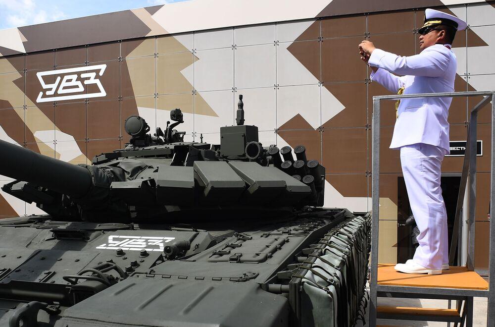 Zahraniční voják fotografující tank T-72 na Mezinárodním vojensko-technickém fóru Army 2019.